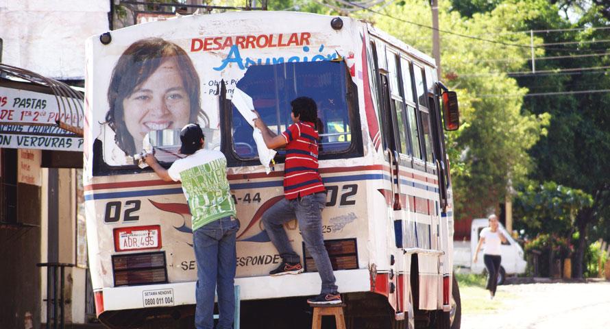 Werbefolien werden von einem alten Bus abgerissen