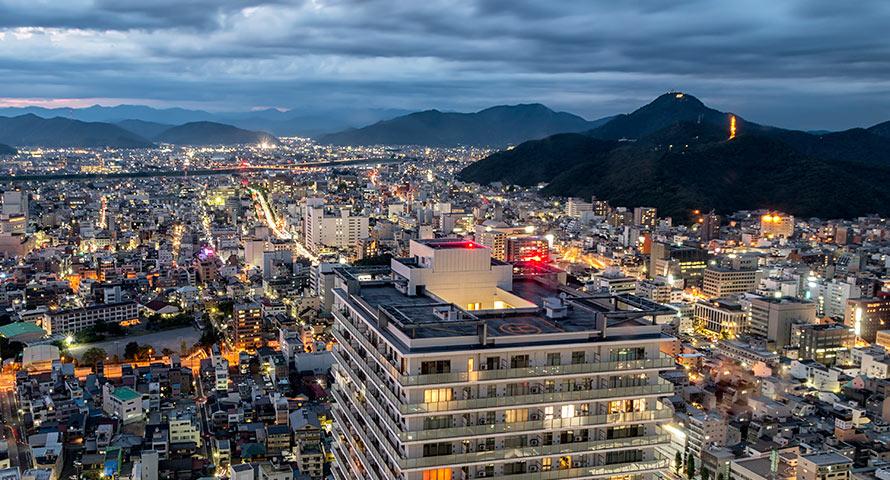 Skyline von Gifu in Japan bei Nacht