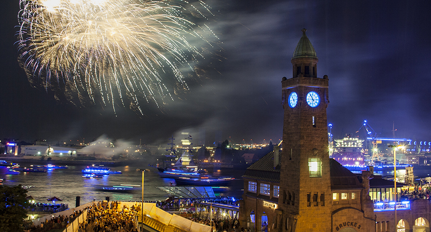 Landungsbrücken - Feuerwerk während der Cruise Days