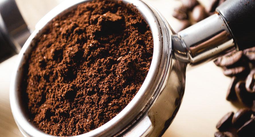 Klassischer Kaffeesatz während der Espresso-Zubereitung zuhause