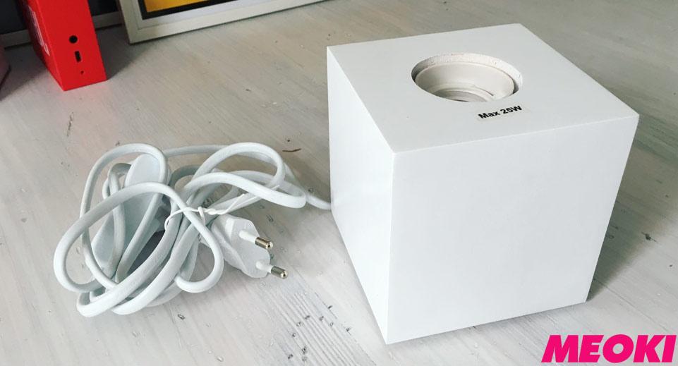 Weiße Holzleuchte mit max. 25 Watt