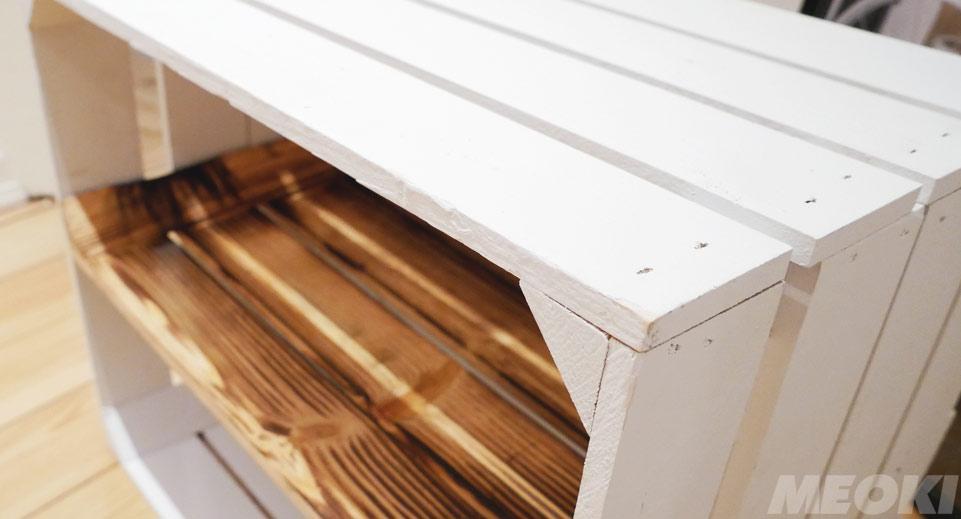 Weiß lackierte Holzkisten in der Nahansicht