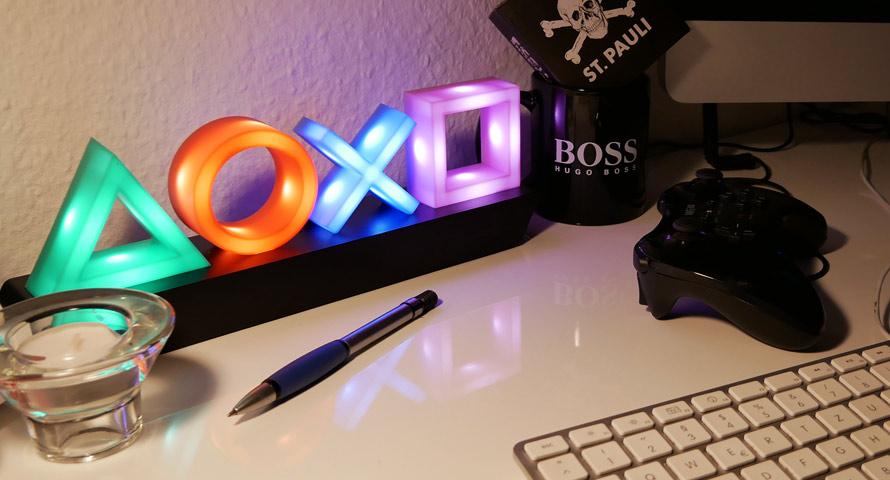 Playstation Icons Light als Tischleuchte auf dem Büro-Schreibtisch