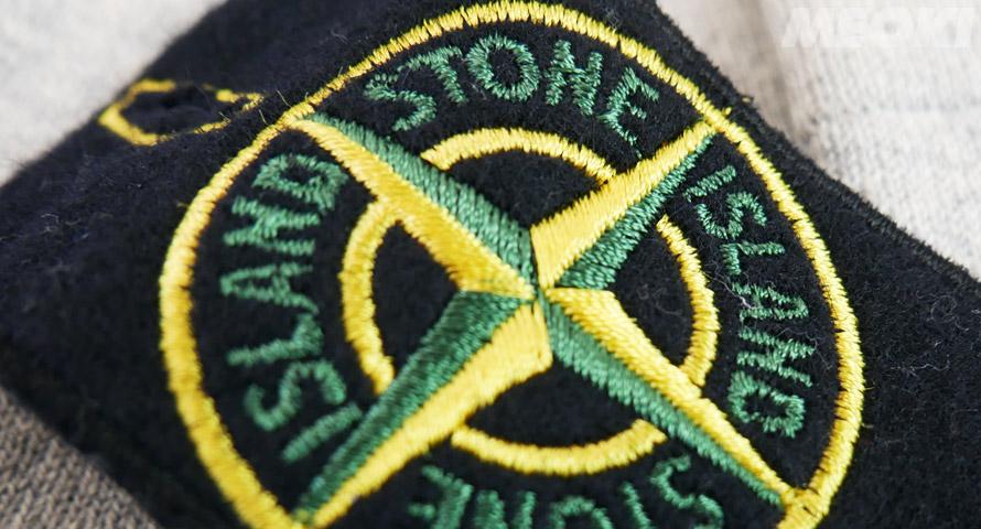 Typischer Stone Island Badge in der Frontansicht